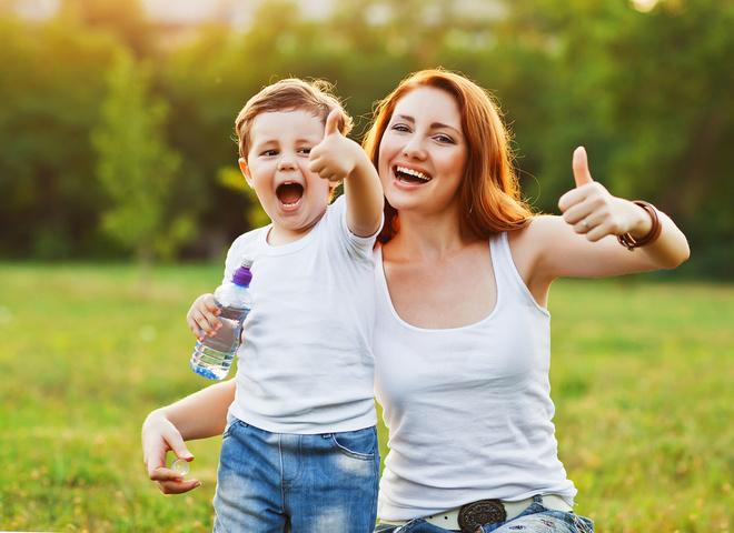 Мама і син, материнство, дитина, весняна прогулянка