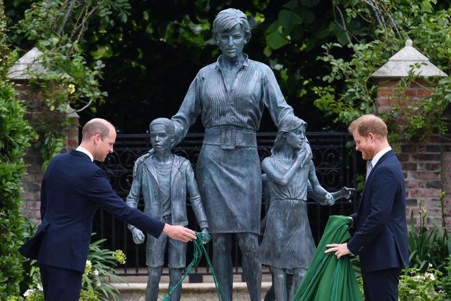 Принцы Уильям и Гарри открыли памятник матери