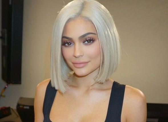 Платиновый блонд: Кайли Дженнер вводит в моду новый цвет волос