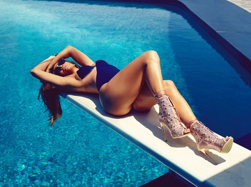 Дженніфер Лопес показала стрункі ноги в стильній фотосесії