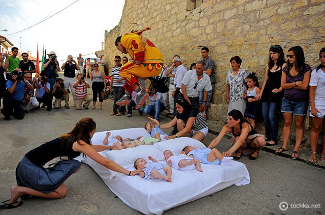 Найнезвичайніші фестивалі Іспанії: Baby Jumping Festival