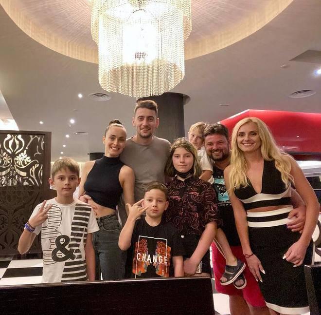 Ксения Мишина и Александр Эллерт с Ирина Федишин и ее семьей