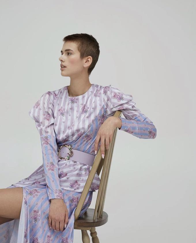 Лиловое платье с разрезом
