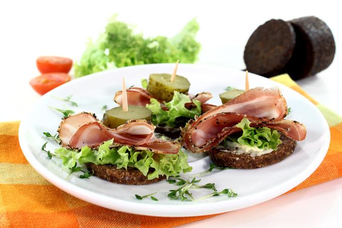 Канапе черный хлеб, салои огурец