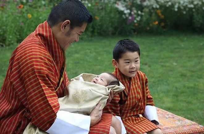 Король Бутана Джигме Кхесар Вангчук и королева Джецун с сыновьями