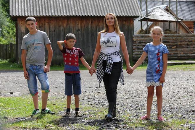 Оксана Марченко построит дом для семьи, которая полгода живет в теплице