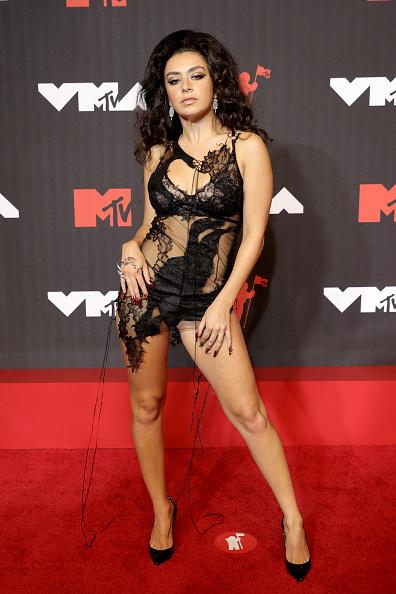 Charli XCX на MTV Video Music Awards 2021
