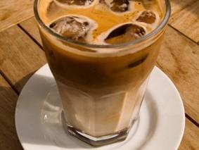Ледяной кофе с корицей