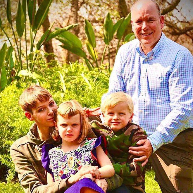 Княгиня Шарлен з чоловіком князем Альбертом II і дітьми