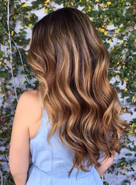 Карамельні пасма в фарбуванні волосся
