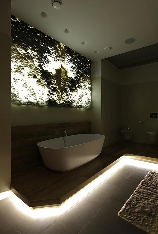 Ониксовое панно-светильник в ванной