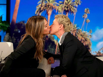 Відео дня: Дженніфер Еністон і Еллен Дедженерес поцілувалися в ефірі