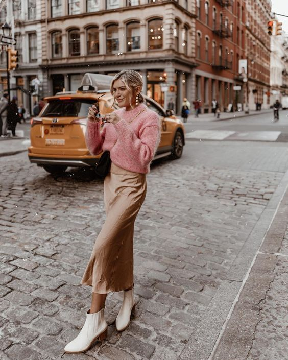 Шелковое платье со свитером и сапогами: ТОП-15 образов