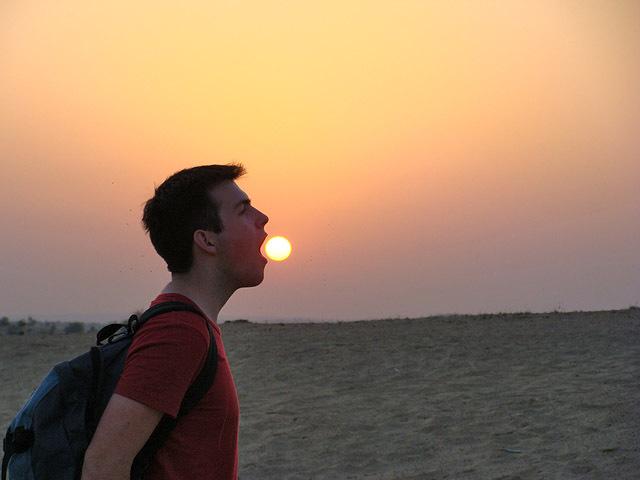 Самые смешные фото украинцев за границей: солнце в руках