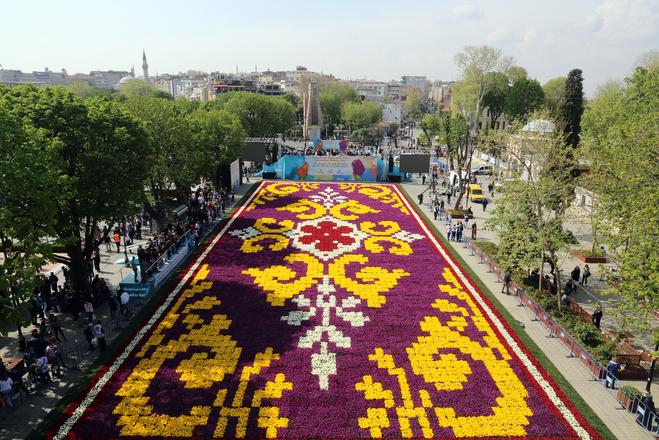 В Стамбуле высадили самый большой в мире ковёр из тюльпанов