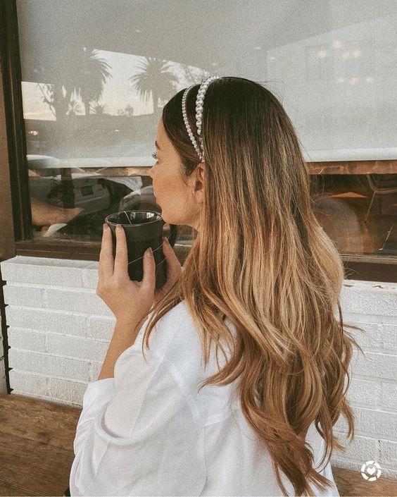 Стильные прически с ободком на разную длину волос
