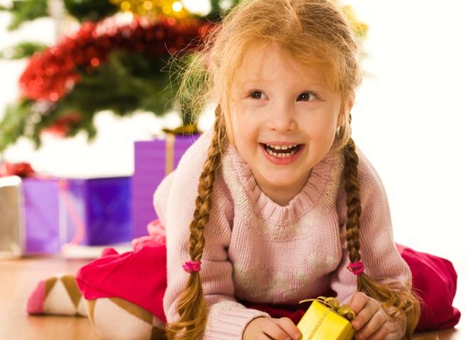 Новогодние подарки для детей должны приносить радость, а не скуку.