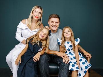 Анатолий Анатолич и Юла с дочерьми Алисой и Лолитой