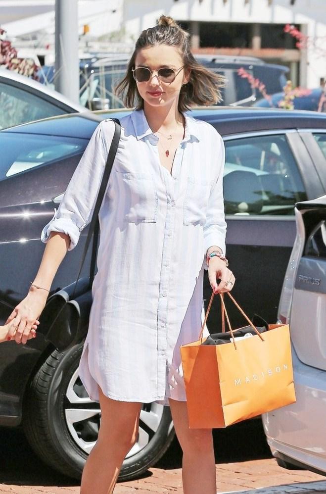 Как носить платье-рубашку: летний лук Миранды Керр