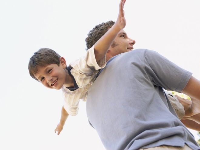 Мужчина счастлив сыном