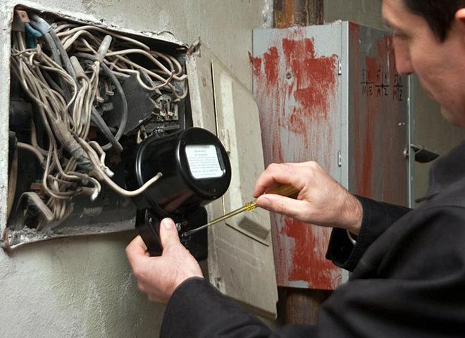 Если из строя вышел квартирный автомат, пора звонить электрику.