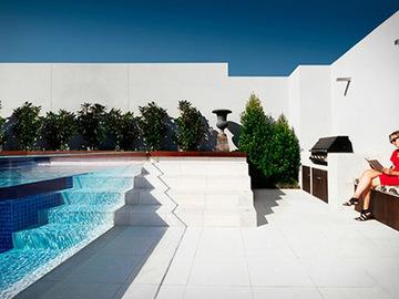 Відкритий басейн з прозорою стінкою