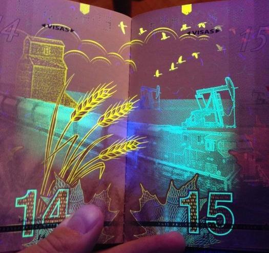 Крутой паспорт гражданина Канады в свете ультрафиолета