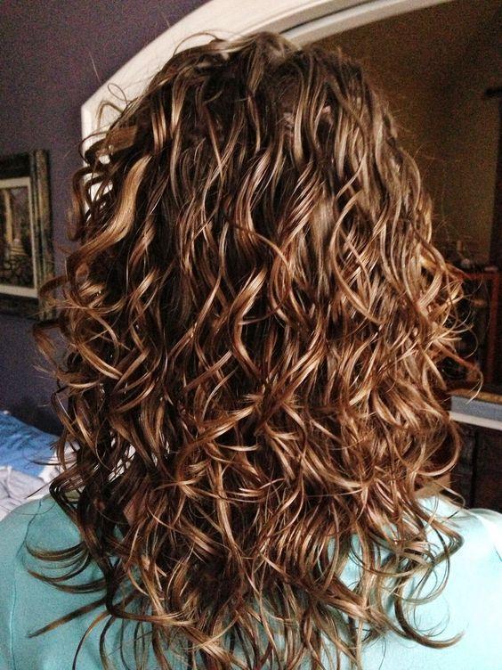 Ефект мокрого волосся: модна літня зачіска