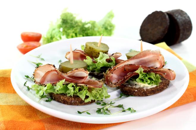 Канапе чорний хліб, сало та огірок
