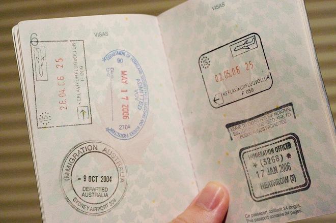 Нужно ли менять загранпаспорт при смене фамилии?