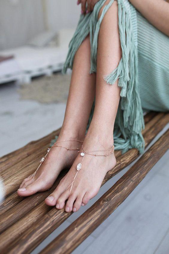 Украшение на ногу через палец — необычный пляжный аксессуар