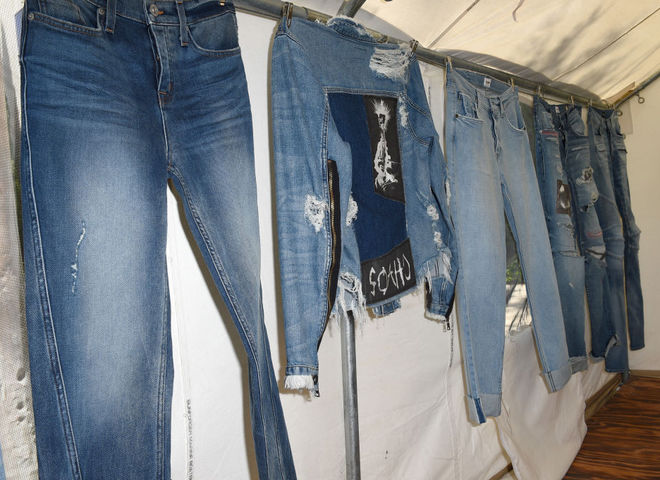 Широкие джинсы - модный тренд