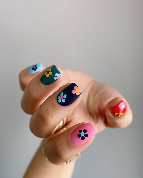 Цветочный маникюр на лето: модные идеи