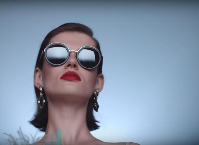 Рекламная кампания очков от Prada