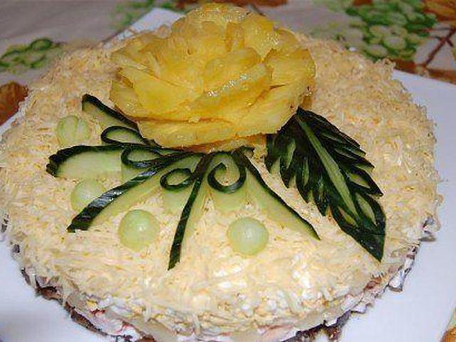 Салат с копченой курицей ананасами и грибами рецепт