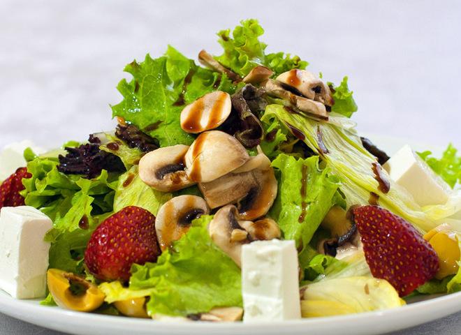 Салат з шампіньйонів з фруктами і сиром