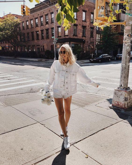 10 образов с белым денимом, которые можно не снимать все лето