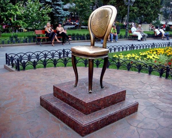 Цікаві місця Одеси: пам'ятник 12-му стільцю