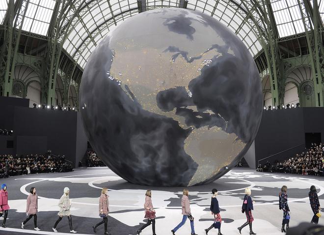10 впечатляющих декораций подиума Chanel
