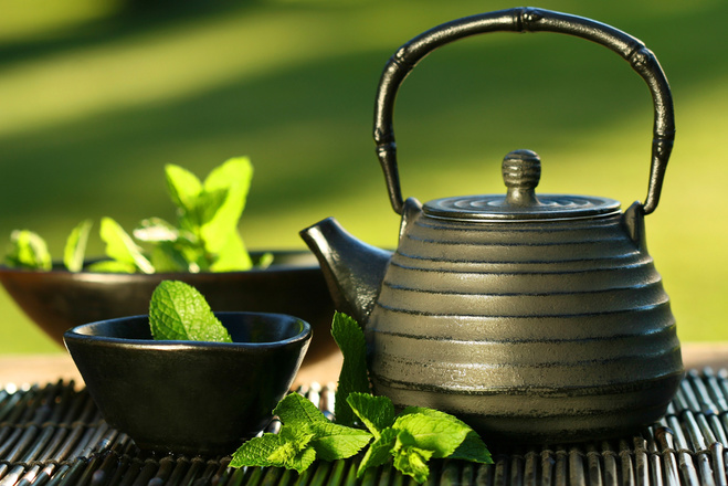 Чай, листя чаю, чайник, вода