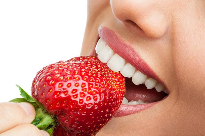 Отбеливание зубов клубникой: миф или реальность