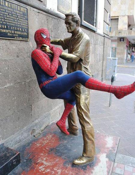 ТОП 9 прикольных снимков со статуями