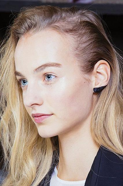 Неожиданный бьюти-тренд: макияж ушей