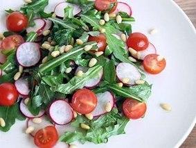 Салат из рукколы с помидорами черри и редисом