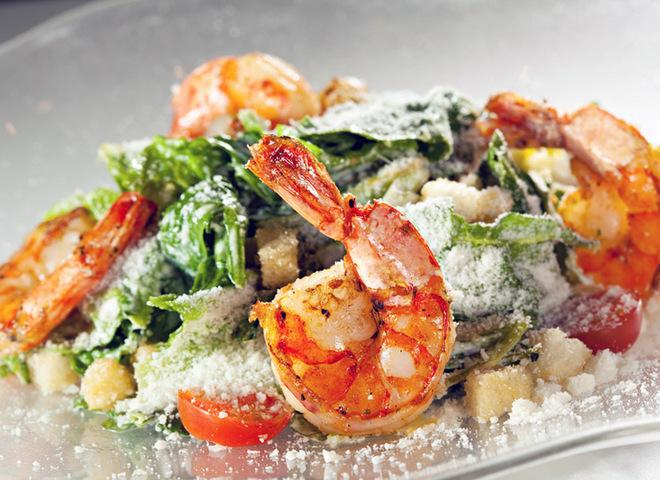 """Салат """"Цезарь"""": необычный рецепт с креветками"""