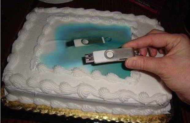 Торт с фотографией флешки, на которой была фотография для торта