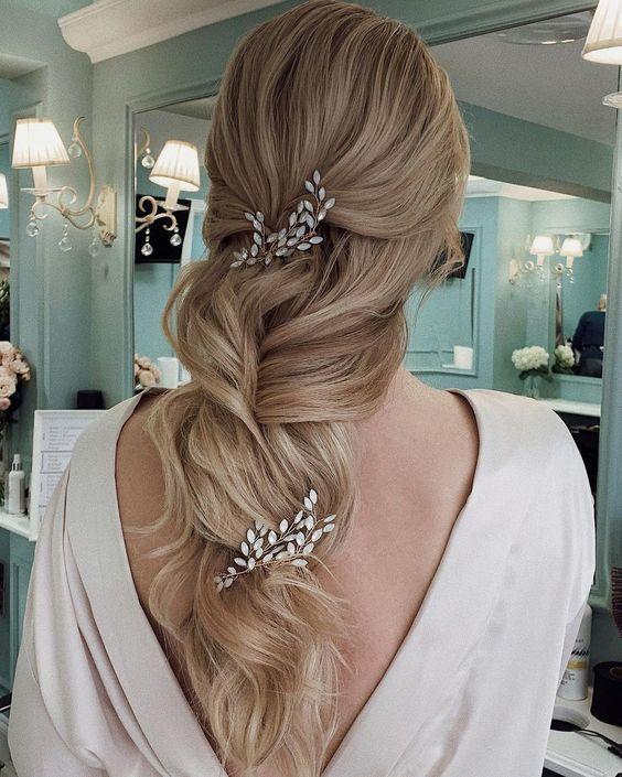 Модна весільна зачіска з легким плетінням