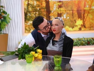 Руслан Сеничкин стал первым человеком, у которого состоялся поцелуй с роботом Софией