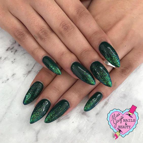 Зеленый маникюр весна 2019