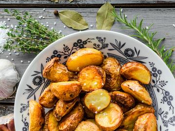 Картошка по-селянски, картофель, масло, сковородка, специи, соль, перец